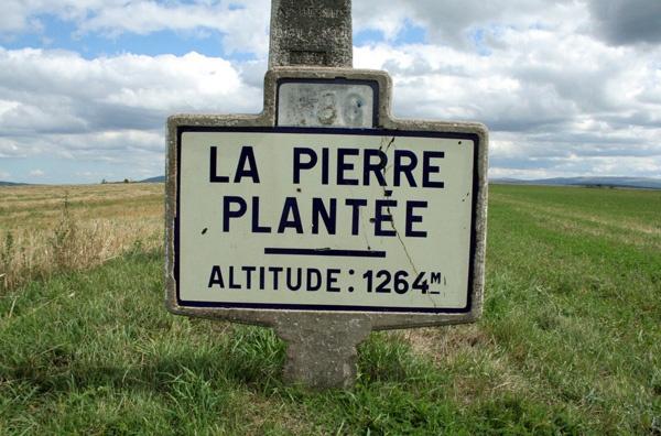 Passhöhe des Col de la Pierre Plantée in den französischen Cevennen mit einer Höhenanhabe von 1.264 m und der Strassenangabe N 88