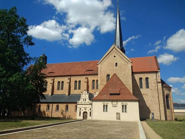 Bild der Klosterkirche Doberlug in Brandenburg (Seitenansicht mit rekonstruiertem Grundriss des Klostergebäudes), besucht bei einer Motorradtour Berlin - Dresden