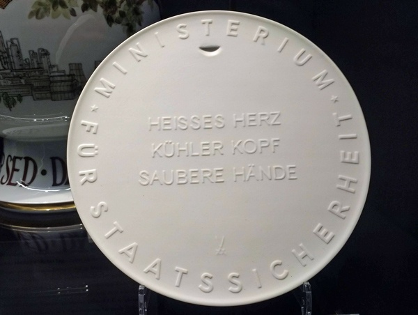 Bild einer weissen Plakette aus Meissener Porzellan mit der Aufschrift Ministerium für Staatssicherheit, entdeckt auf einer Motorradtour Berlin - Dresden