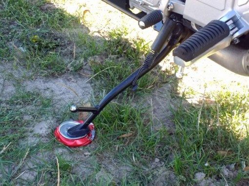 Motorrad-Seitenständerunterlage selbst gemacht: Motorrad-Seitenständer auf einer plattgedrückten Getränkedose, damit der Seitenständer nicht in den weichen Boden einsinkt