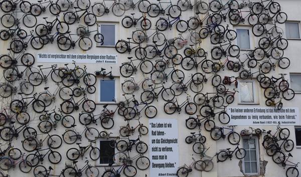 Haus mit vielen aufgehängten Fahrrädern an der Wand