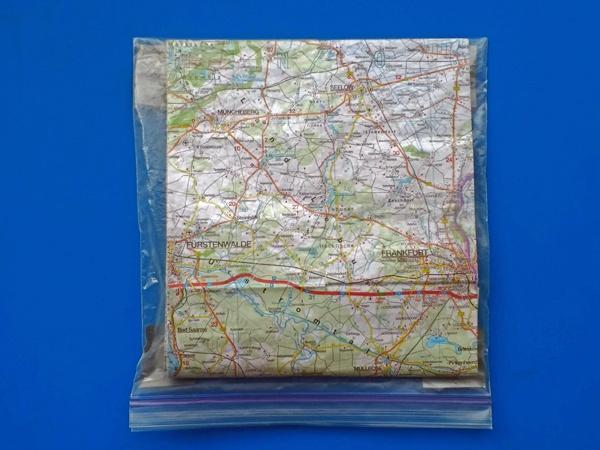 Motorrad-Kartentasche mit Landkarte als Ersatz für die Kartentasche auf dem Tankrucksack, gebastelt aus einer Tiefkühltüte, Magneten und Panzerband