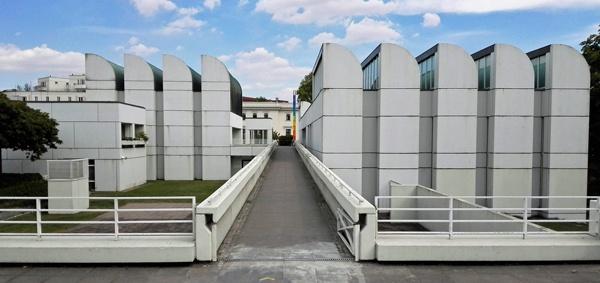 Bild vom Bauhausarchiv Berlin vor der Renovierung, besucht bei einer Bauhaus-Motorradtour durch Berlin