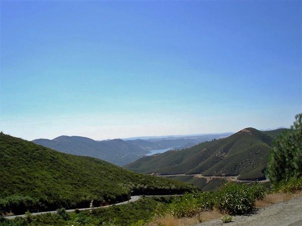 Bergstrecke bei Priest, CA hinauf zur Sierra Nevada mit Blick auf den Moccassin Lake bei einer Motorradtour durch die Rocky Mountains