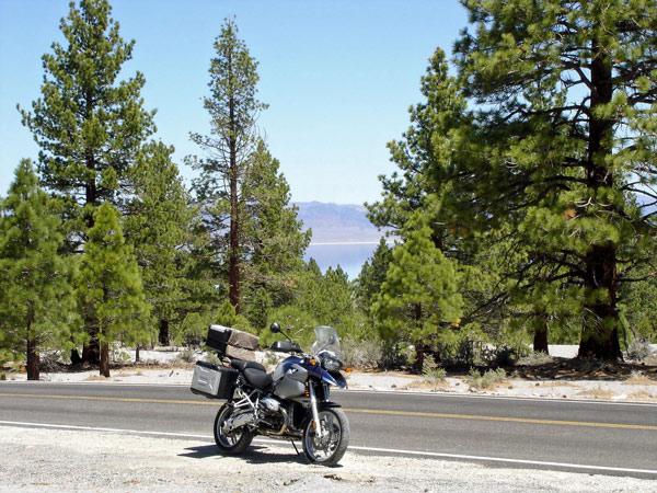 Blick auf den Mono Lake vom Inyo Forest aus mit einer BMW R 1200 GS im Vordergrund