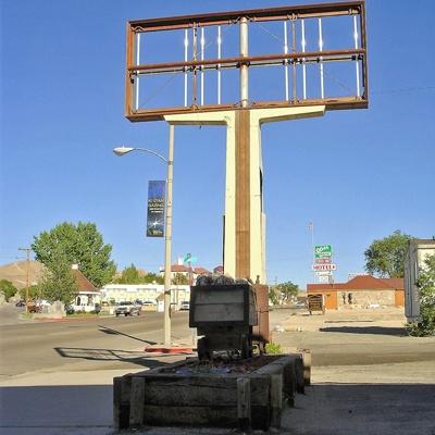 City Center Lee Vining, NV mit einem verrosteten Tankstellenschild, gesehen bei einer Motorradtour durch die Rocky Mountains
