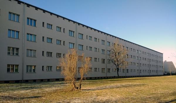 Ehemalige Reichsforschungssiedlund Haselhorst in Berlin mit Wiese und Bäumen