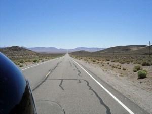 Bild vom Extraterrestrial Highway SR 375 in Nevada mit dem Helm des Motorradfahrers im Vordergrund