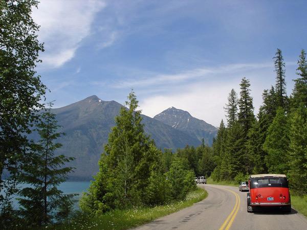 Auffahrt zum Logan Pass am Lake McDonald Montana bei einer Motorradtour Rocky Mountains