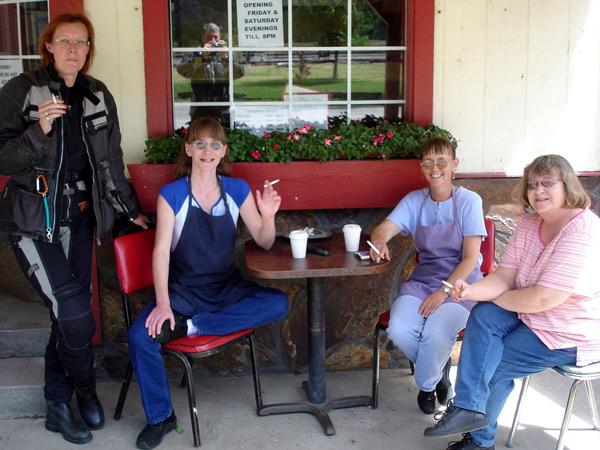 Bild von vier Frauen bei einer Rauch- und Kaffeepause am Paradise Post im Clark Fork Valley, Montana