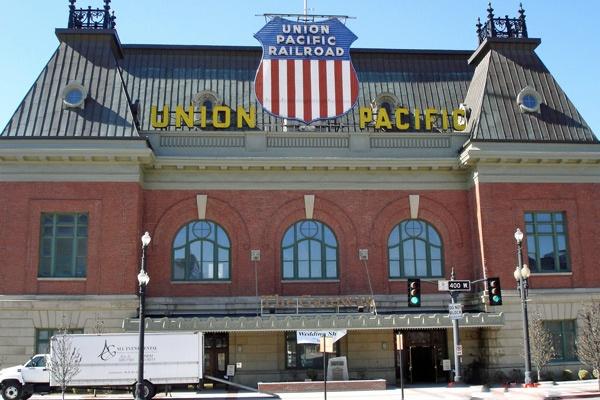 Bahnhof von Salt Lake City, Utah mit einem Werbeschild der Union Pacific Railroad