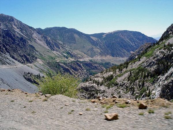 Bergstraße auf dem Tioga Pass Richtung Nevada auf einer Motorradtour durch die Rocky Mountains
