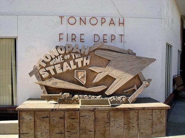Tonopah, NV Fire Dept mit einem Stealth Fighter Denkmal im Vordergrund, besucht bei einer Motorradtour durch die Rocky Mountains