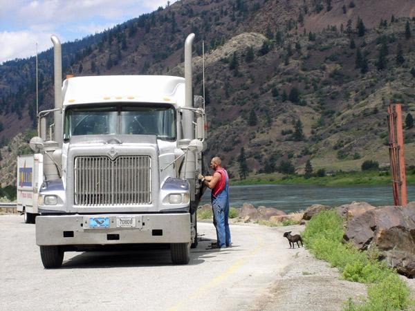 Truck im Clark Fork Valley bei einer Pause mit einem kleinen Hund