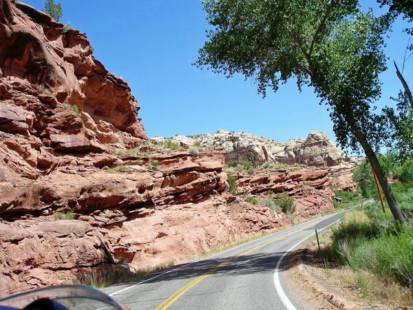 Schöne Motorradstrecke: Utah State Route12 mit roten Sandsteinfelsen und Kurven