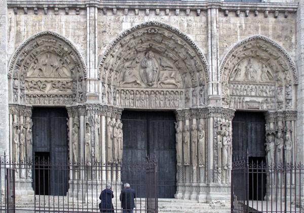 Portal der Kathedrale von Chartres mit einem Haupteingang und drei Nebeneingängen