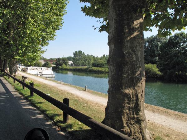 Landstraße an der Charente, befahren auf einer Motorradtour durch Frankreich an den Atlantik