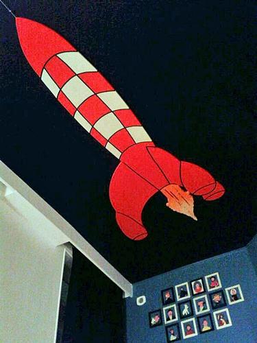 Rakete in einem Hotelzimmer nach dem Comic-Vorbild von Tintin