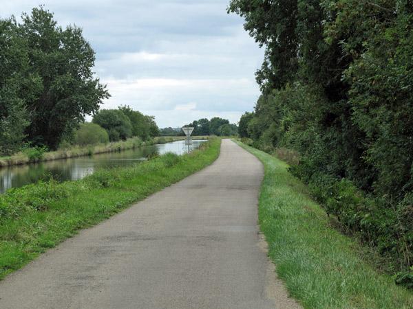 Strässchen am Loire Seitenkanal in der Bourgogne