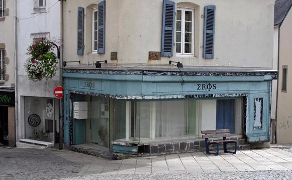 Verfallendes Haus in Quimperlé in der Bretagne mit der griechischen Aufschrift Eros