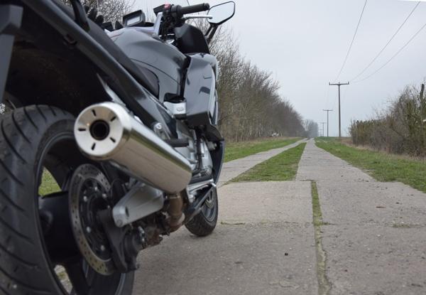 Yamaha FJR 1300 auf einem LPG-Plattenweg bei einer Motorrad-Pilgertour nach Wilsnack