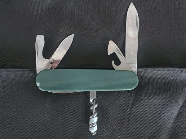 Personalisiertes Schweizer Messer mit grünen Griffschalen als Geschenkidee für Motorradfahrerinnen