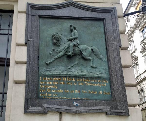 Gedenktafel für den schwedischen König Karl XII. in Budapest zum Andenken an seinen winterlichen Ritt vom Osmanischen Reich nach Stralsund 1714