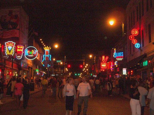 Nächtliche Strassenszene in Memphis, TN bei einer USA-Motorradtour vom Pazifik zum Atlantik