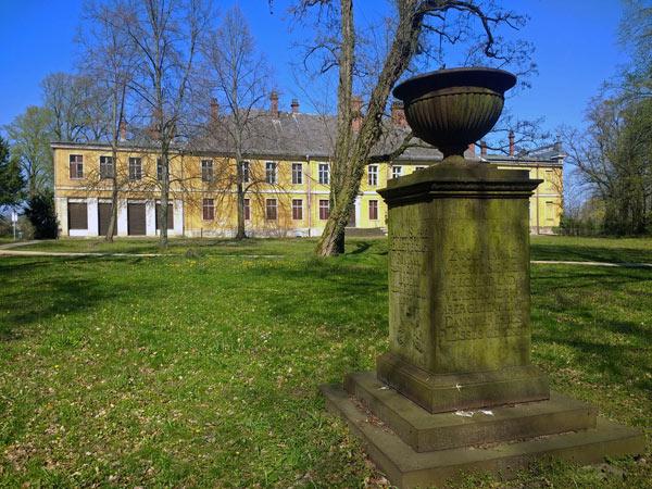Park und Gedenkstein von Schloß Golßen (Brandenburg), besucht bei einer Motorradtour zur Dahmequelle