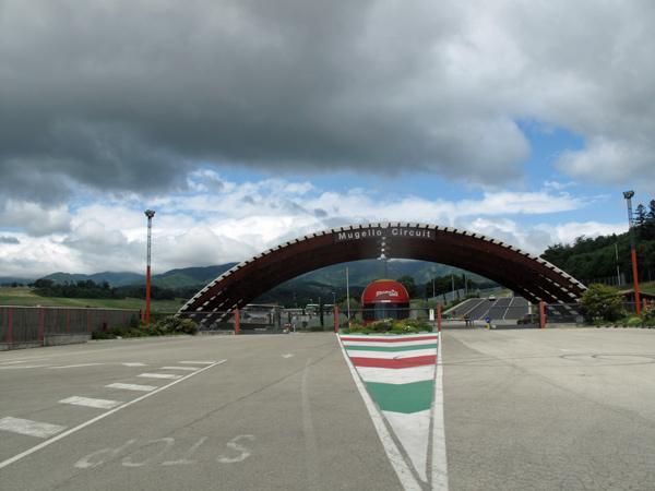 Einfahrt zur Moto-GP Rennstrecke in Mugello bei Florenz, gesehen bei einer Motorradtour nach Süditalien