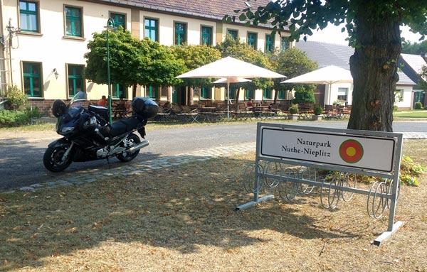 Yamaha FJR 1300 vor einem Landgasthaus im Naturpark Nuthe-Nieplitz bei einer Motorradtour nach Torgau an der Elbe