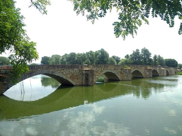 Brücke, auf Motorradtouren: Steinbrücke aus dem 14. Jahrhundert in Ponte a Buriano über den Arno bei Arezzo