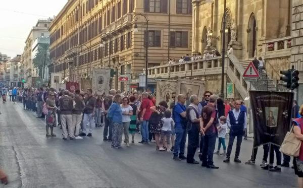 Marienprozession in Palermo: Die Heilige hat Motorraddiebstahl verhindert.