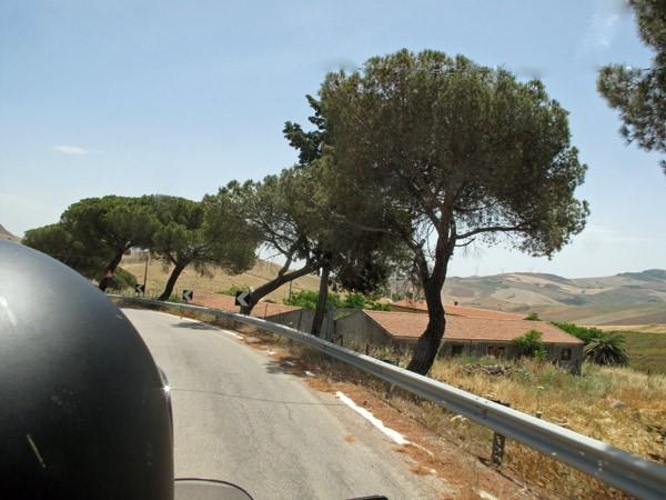 Motorradfahrer auf Bergrennstrecke Targa Florio in Sizilien bei einer Motorradtour nach Süditalien