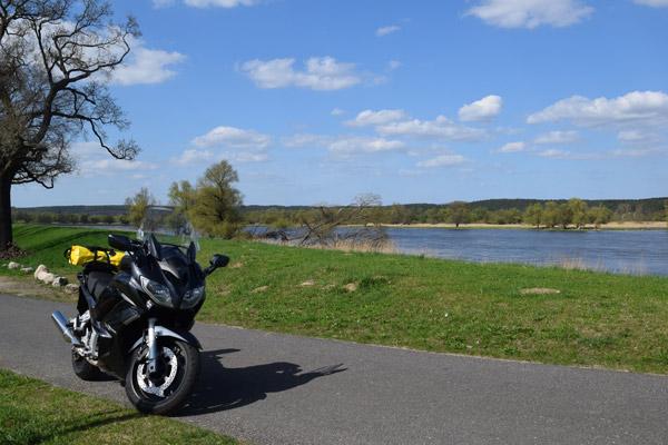 Motorrad auf Oderdeich in Brandenburg bei einer Motorradtour durch das Oderbruch