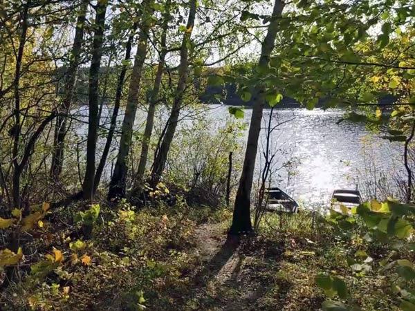 Herbsttour zum Saisonende: See im Wald mit Ruderbooten