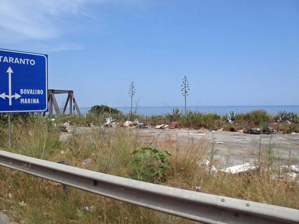 Vermüllte Landstraße in Süditalien