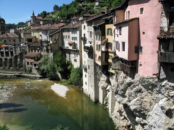 Sommer-Motorradtour in den Vercors: Häuser am Fluss in Pont-de-Royans im Vercors, Frankreich