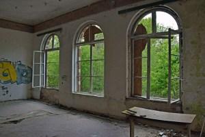 lost places in brandenburg: zerschlagene rundbogenfenster im herrenhaus gentzrode