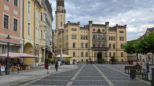 rathaus von zittau mit marktplatz