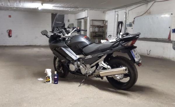 motorradfahren als seelentrost: yamaha fjr 1300 in tiefgarage