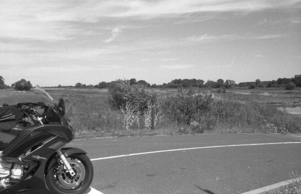 fahrten ins graue: motorrad am ufer der elbe in sachsen-anhalt