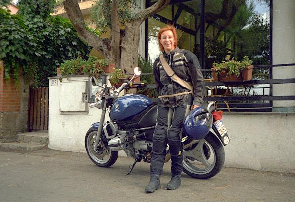 motorradtour im etruskerland: rothaarige motorradfahrerin mit bmw r 1150 r