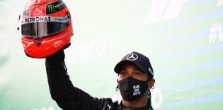 Lewis Hamilton portant le casque de Schumacher