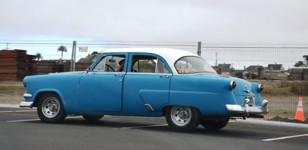 Un Ford de principios de los cincuenta en el estacionamiento de Glass Beach.