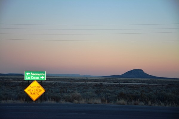 A la salida de White Sands uno se encuentra con esta intersección: Alamagordo a la izquierda, Las Cruces, Nuevo México hacia la derecha. Doblamos a la izquierda.