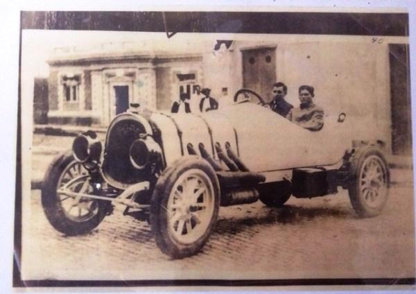 Esta foto que me regalaron hace poco más de un año muy bien pudiera tener algún tipo de relación con la foto principal pues también muestra un automóvil Pope de principios del siglo 20.