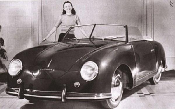 Una chica presenta el primer auto en llevar el nombre del Porsche: el 356.