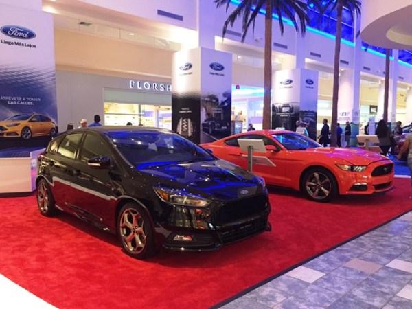 Como de costumbre, el área de exhibición de Ford ocupa el atrio central de Plaza las Américas. En la foto, los deportivos Ford Focus ST y el Mustang. Fotos: Andrés O'Neill, Jr.