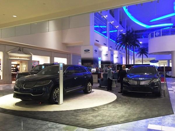 También en el atrio central y contigua a la de Ford, está el área de exhibición de Lincoln.